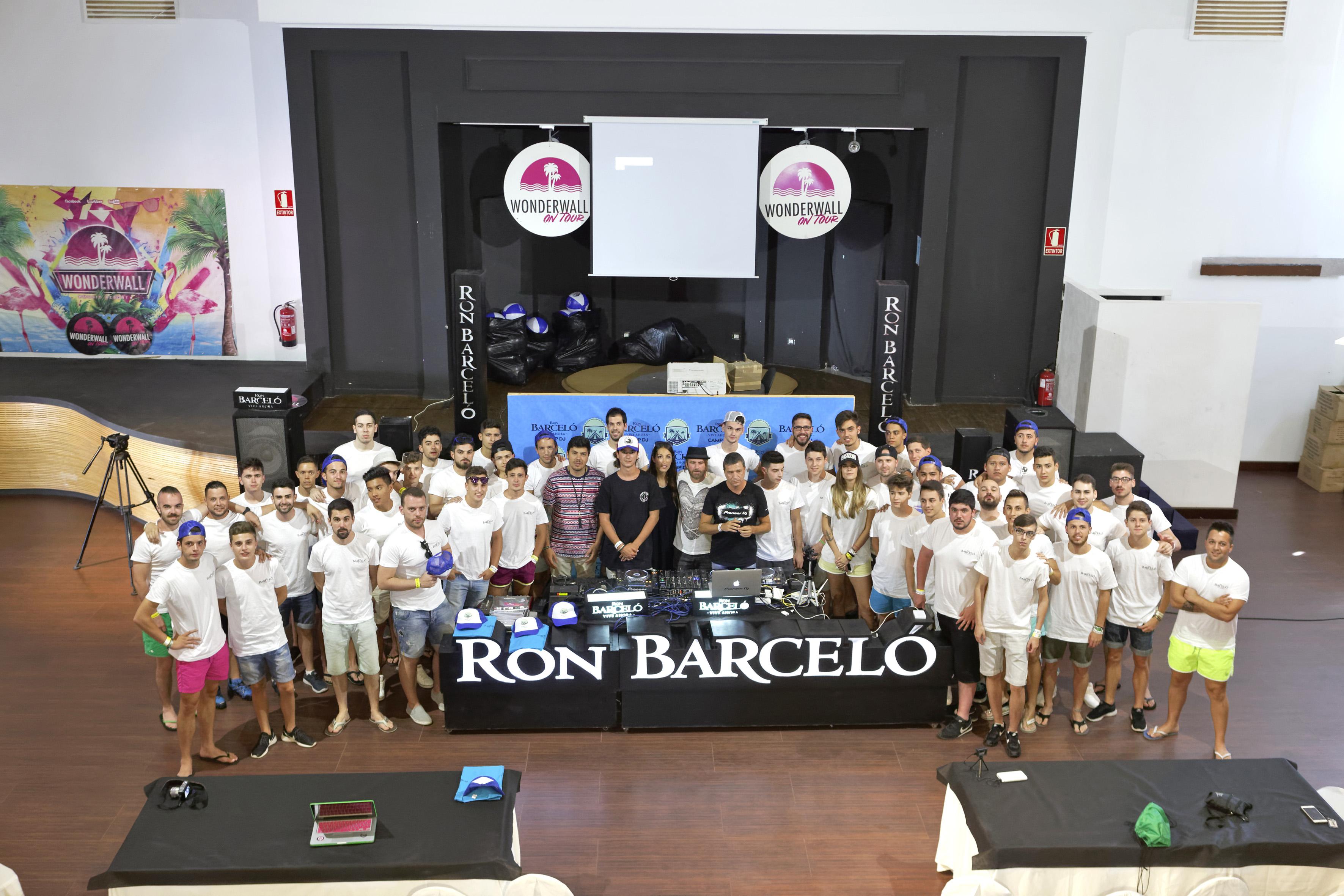 Los 50 participantes con los DJs